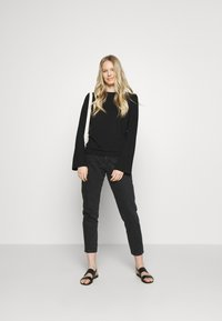 Marc O'Polo PURE - CREW NECK ZIPPER AND ASYMETRICAL HEMLINE - Langærmede T-shirts - pure black - 1