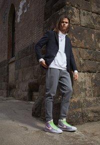Nike Sportswear - BLAZER MID '77 UNISEX - Baskets montantes - grey/white sport red/electic green - 0