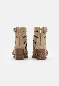 Coach - BOOTIE - Šněrovací kotníkové boty - oat - 3