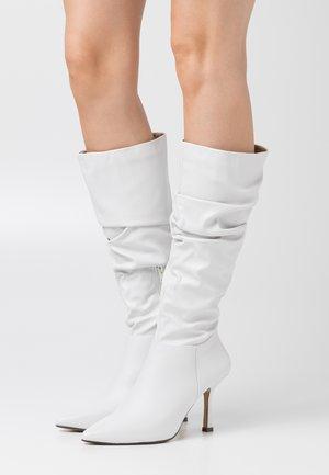 LIVVI - Kozačky na vysokém podpatku - white