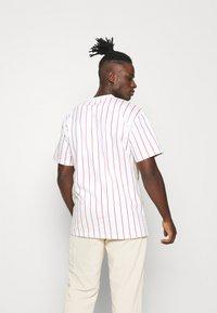 Karl Kani - SIGNATURE PINSTRIPE TEE - T-shirt imprimé - white - 2