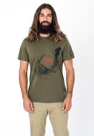 MERINO T-SHIRT M FREESTYLE TEE - Print T-shirt - olivgrün