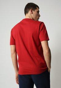 Napapijri - S-ICE SS - Print T-shirt - old red - 1