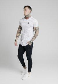 SIKSILK - PINSTRIPE TEE - T-shirt med print - white - 1