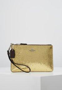 Coach - BOX PROGRAM GLITTER SMALL WRISTLET - Pochette - gold - 0