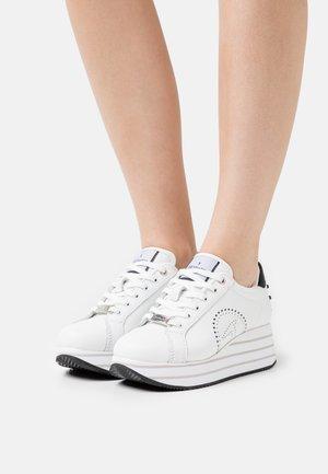 ERIKA MID POP MIX - Sneakersy niskie - white/black