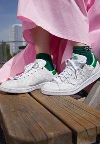 adidas Originals - STAN SMITH - Baskets basses - footwear white/green/chalk white - 2