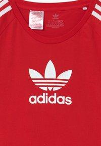 adidas Originals - TEE UNISEX - T-shirt con stampa - scarle/white - 2