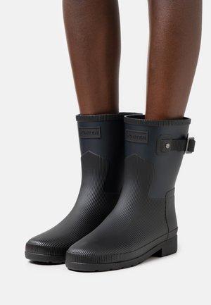SHORT BLOCK BOOT - Wellies - navy/black