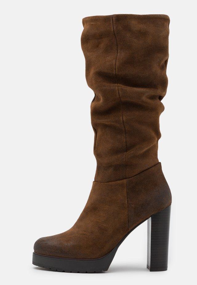 NANSAM - Kozačky na vysokém podpatku - brown