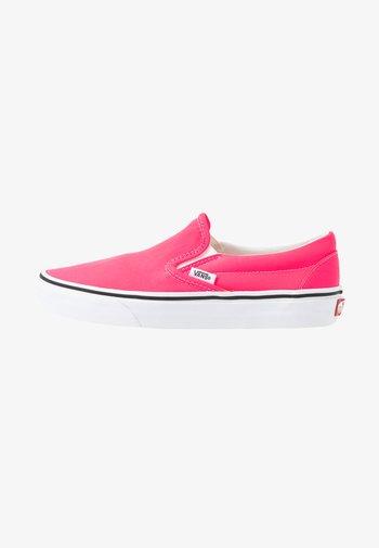 CLASSIC SLIP-ON UNISEX - Mocassins - knockout pink/true white