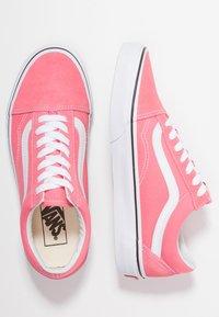 Vans - OLD SKOOL - Trainers - strawberry pink/true white - 3