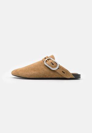 ANSLEY SLIDE - Domácí obuv - golden brown