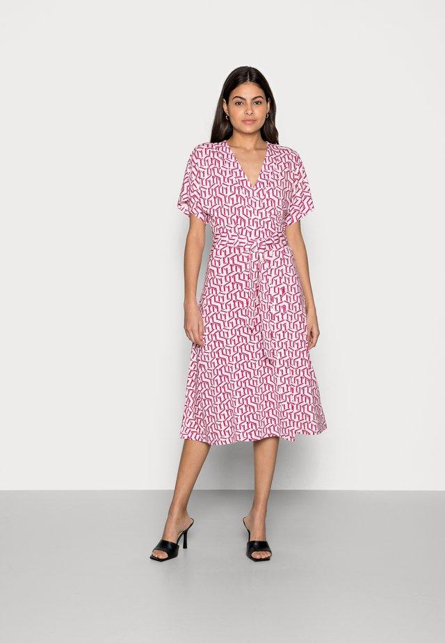 REGULAR MIDI WRAP DRESS - Sukienka z dżerseju - pink