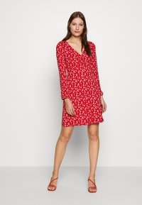 Dorothy Perkins - DITSY RUCHED DETAIL FIT AND FLARE DRESS - Trikoomekko - red - 1