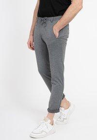 Zuitable - DISPARTAKUS SLIM - Trousers - grau - 1