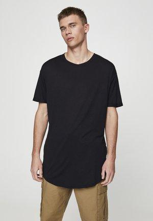MIT LANGER PASSFORM - Basic T-shirt - black