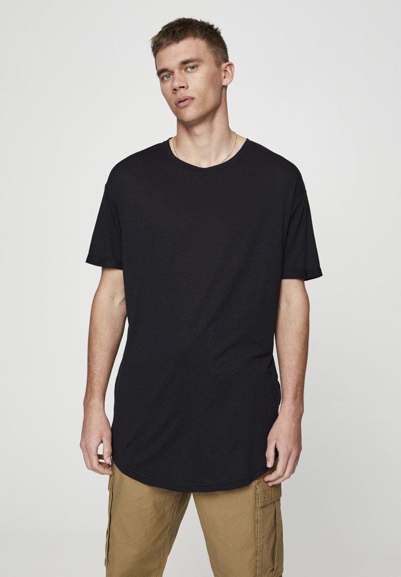 PULL&BEAR - MIT LANGER PASSFORM - T-shirts basic - black