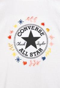 Converse - CHUCK WOMENS WANDER BOXY TEE - Print T-shirt - egret - 6
