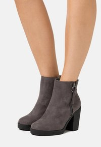 Dorothy Perkins Wide Fit - WIDE FIT ABBY SIDE ZIP BOOT - High heeled ankle boots - grey - 0