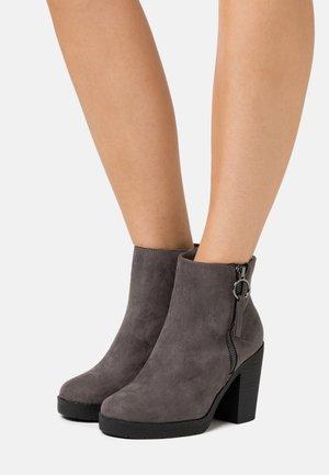 WIDE FIT ABBY SIDE ZIP BOOT - Kotníková obuv na vysokém podpatku - grey