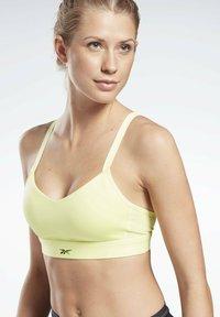 Reebok - LUX STRAPPY MEDIUM-IMPACT SPORTS BRA - Sports bra - yellow - 0