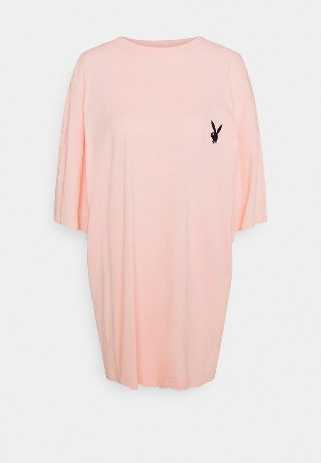 PLAYBOY REPEAT SLOGAN DRESS - Žerzejové šaty - pink
