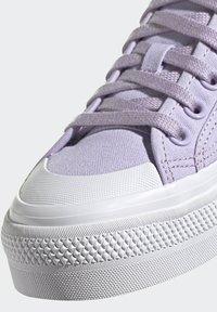 adidas Originals - NIZZA PLATFORM - Zapatillas - blipur/ftwwht/ftwwht - 6