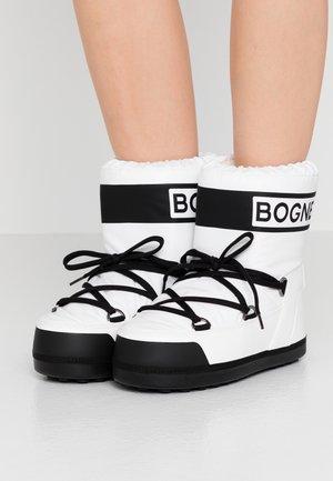TROIS VALLEES  - Winter boots - white/black
