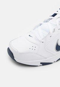 Nike Performance - DEFYALLDAY UNISEX - Sportschoenen - white/midnight navy/metallic silver - 5