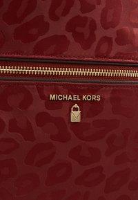 MICHAEL Michael Kors - KELSEY BACKPACK - Ryggsekk - brandy - 6