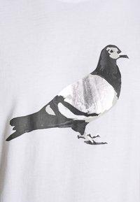 STAPLE PIGEON - UNISEX PIGEON TEE - Print T-shirt - white - 5