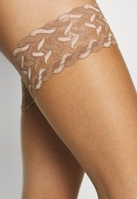 FALKE - FALKE SHELINA 12 DENIER STAY UPS ULTRA-TRANSPARENT GLÄNZEND TAN - Over-the-knee socks - tan - 2