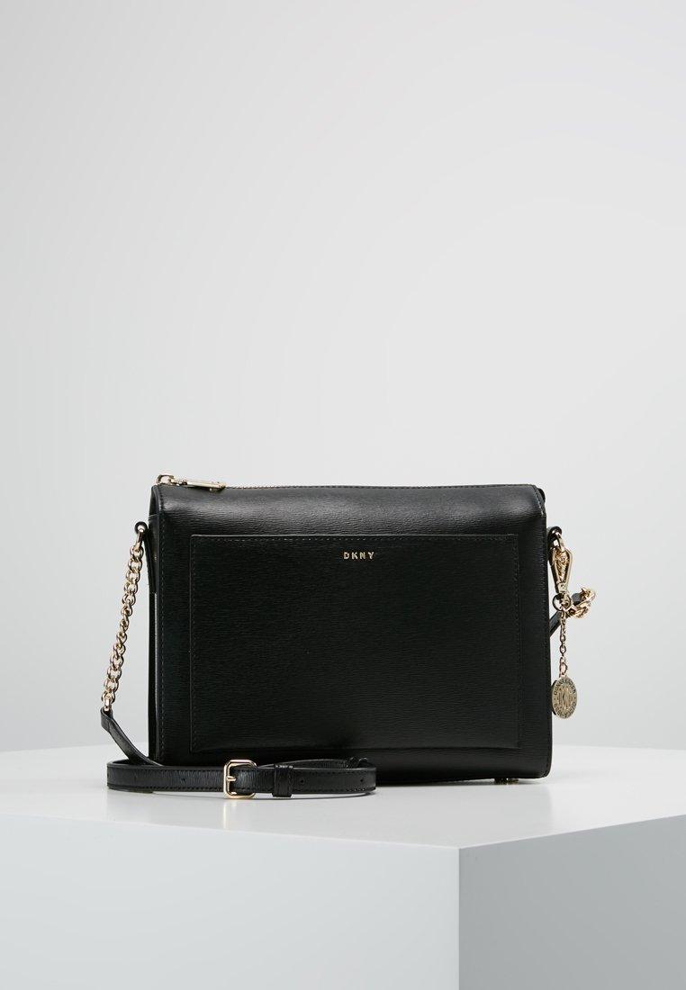 DKNY - CHAIN ITEM SUTTON MEDIUM BOX CROSSBODY - Across body bag - black/gold