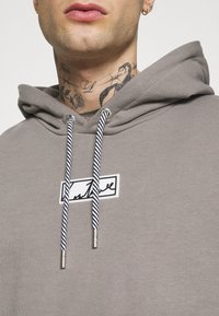 The Couture Club - GRAPHIC POCKET HOODIE WITH REMOVEABLE RUBBER BRANDIN - Sweatshirt - grey - 4