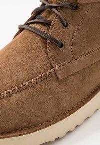 UGG - CAMPOUT CHUKKA - Zapatos con cordones - chestnut - 6