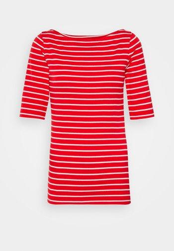 BOATNECK - T-shirts med print - red/white