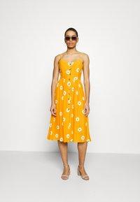 Mavi - BUTTON DRESS - Kjole - yellow spaced - 1