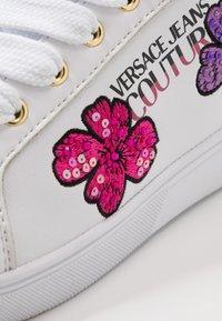 Versace Jeans Couture - CAP SOLE - Trainers - bianco ottico - 2