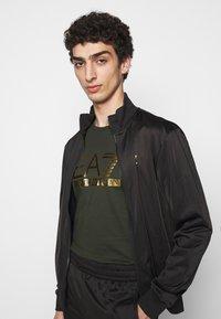 EA7 Emporio Armani - Print T-shirt - olive/gold - 3