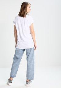 Moss Copenhagen - ALVA TEE - Print T-shirt - white/black - 2