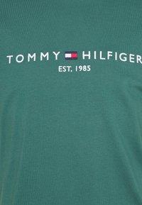 Tommy Hilfiger - LOGO TEE - Printtipaita - sea steel - 2