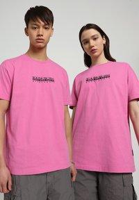 Napapijri - S-BOX   - T-shirt z nadrukiem - pink super - 2