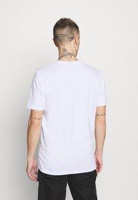 Ellesse - SMALL LOGO PRADO - Print T-shirt - white - 2