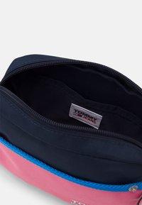Tommy Jeans - CAMPUS CROSSOVER - Taška spříčným popruhem - pink - 2