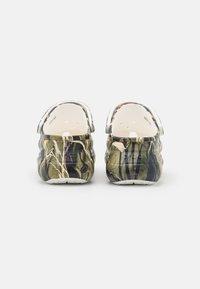 Crocs - CLASSIC BAE REALTREE - Klapki - white - 2