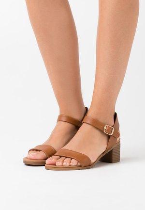 PLATYPUS BLOC HEEL  - Sandaalit nilkkaremmillä - tan
