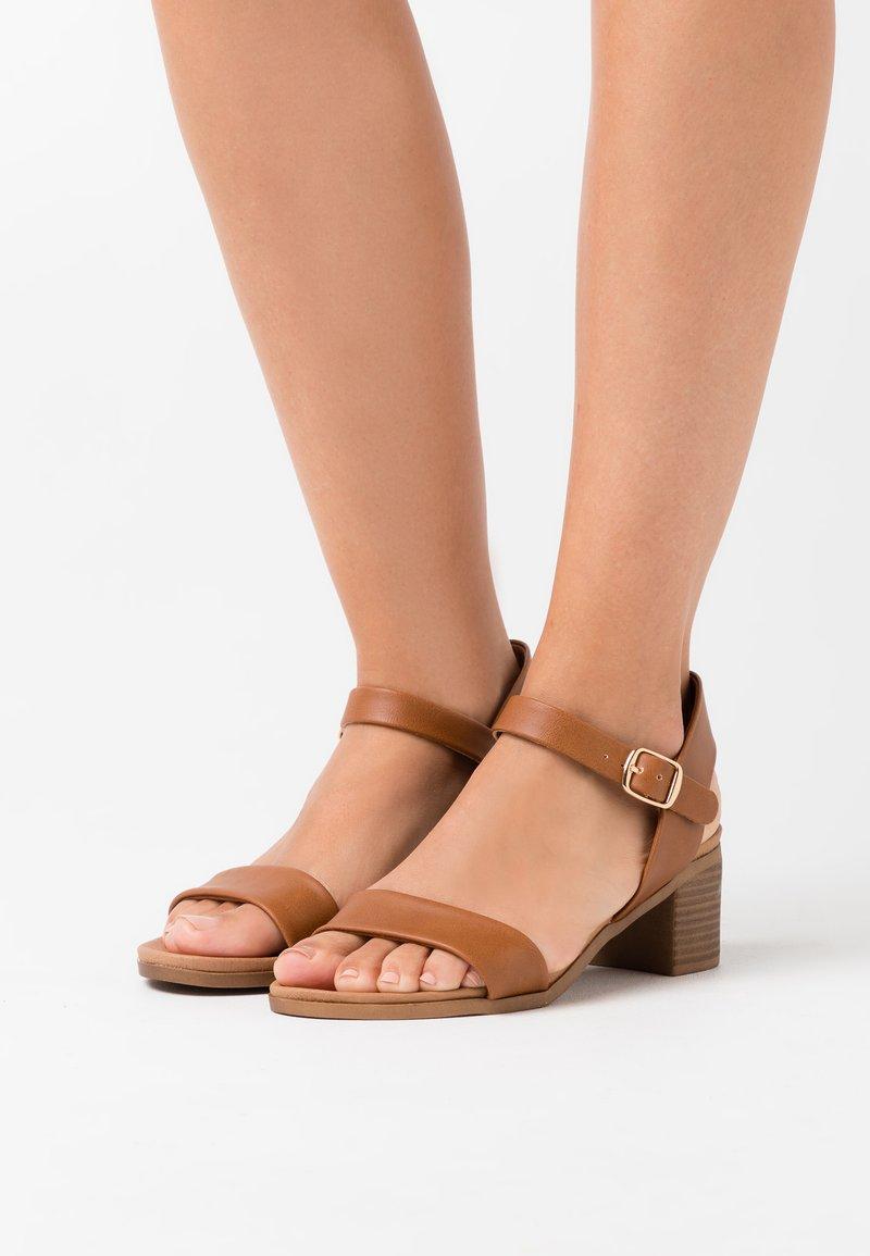 New Look - PLATYPUS BLOC HEEL  - Sandalias - tan