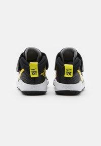 Nike Performance - TEAM HUSTLE 9 UNISEX  - Basketbalschoenen - black/high voltage/light smoke grey - 2