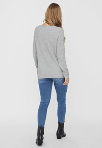 Vero Moda - V-AUSSCHNITT - Jumper - light grey melange - 2